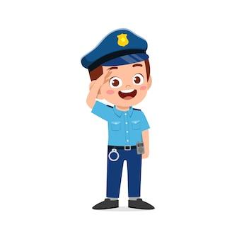 Garotinho feliz e fofo vestindo uniforme da polícia