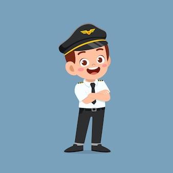 Garotinho feliz e fofo vestindo uniforme de piloto