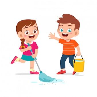 Garotinho fofo e feliz, menino e menina fazendo tarefas de limpeza de chão