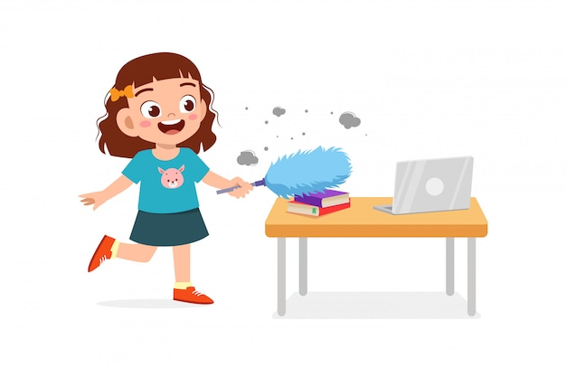 Garotinho fofo e feliz, menino e menina fazendo tarefas, limpando a mesa