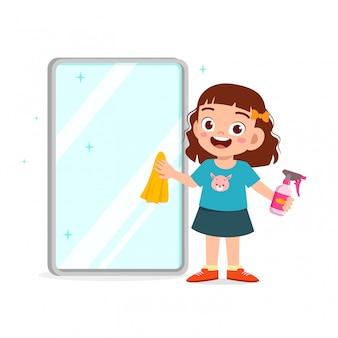Garotinho fofo e feliz, menino e menina fazendo tarefas, limpando espelho