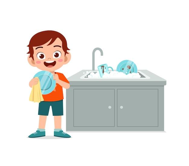 Garotinho fofo feliz lavando louça na cozinha