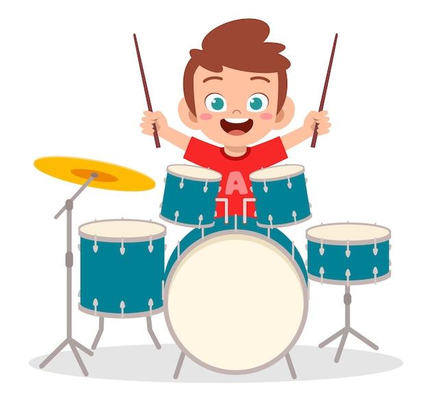 Garotinho fofo tocando bateria em show