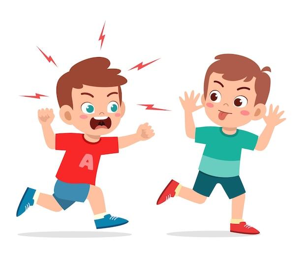 Garotinho malvado corre e mostra uma careta para um amigo zangado