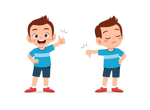 Garotinho mostrando gesto com a mão polegar para cima e polegar para baixo