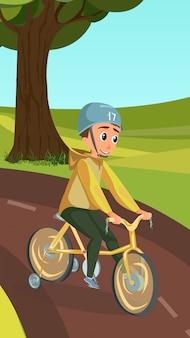 Garotinho no capacete no parque de bicicleta de roda de treinamento