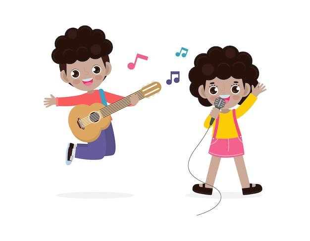 Garotinho preto fofo e menina tocando violão e cantando