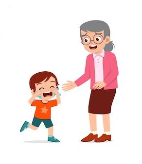 Garotinho triste, menino e menina chorando alto com a avó