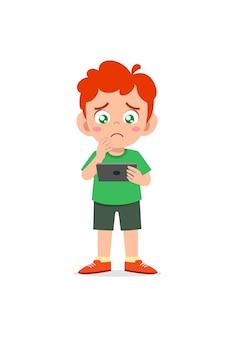 Garotinho usando celular e chorando