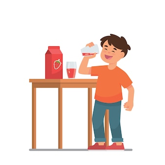 Garoto beber suco de morango