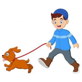 Garoto bonito andando com cachorro