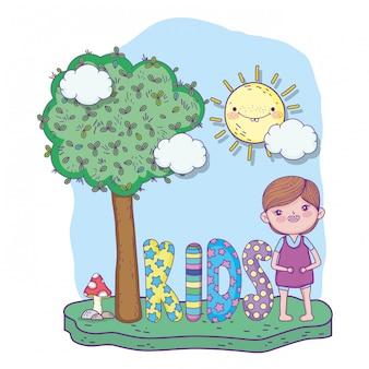 Garoto bonito brincar com a árvore e o sol