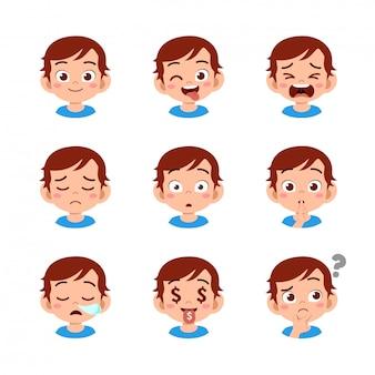Garoto bonito com diferentes expressões faciais