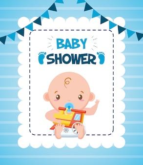 Garoto bonito com trem para cartão de chuveiro de bebê