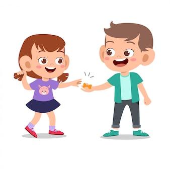Garoto bonito feliz brincar com o amigo juntos