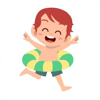 Garoto bonito feliz com anel de natação