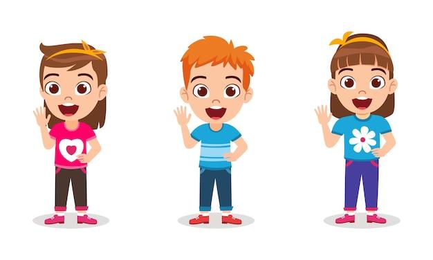 Garoto bonito feliz menino e meninas em pé com uma expressão alegre e acenando e isolados