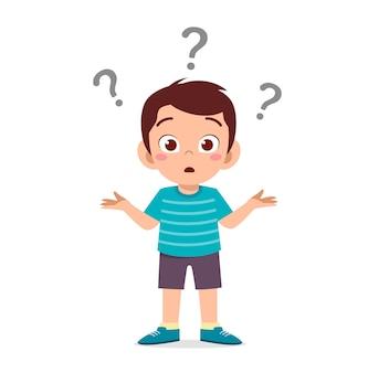 Garoto bonito mostra expressão confusa com ponto de interrogação