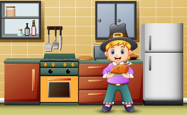 Garoto bonito segurando um assado na cozinha