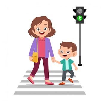 Garoto com pai atravessar a estrada