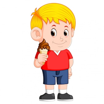 Garoto comendo sorvete de chocolate no cone de waffles