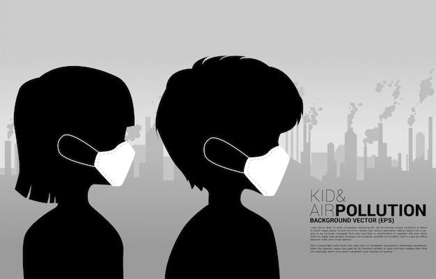 Garoto de silhueta com máscara e fumaça da cidade e fábrica. conceito de poluição do ar e crise ambiental.