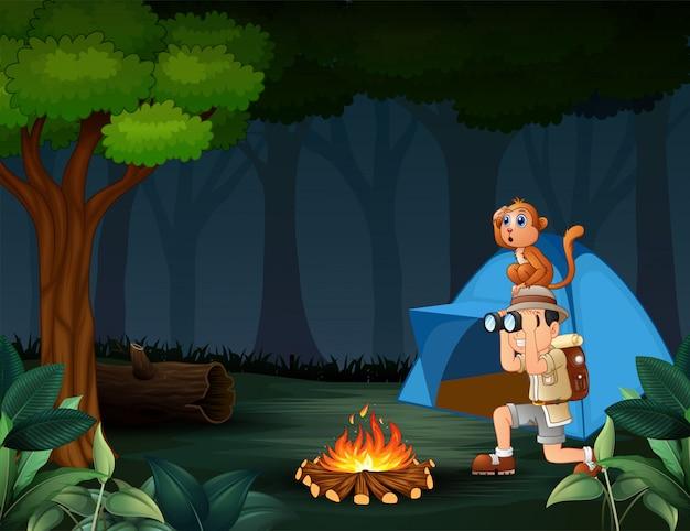 Garoto do zoológico e seu macaco acampar na floresta