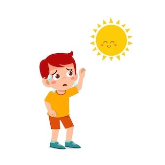 Garoto feliz e fofo está com tanta sede por causa do clima quente no verão