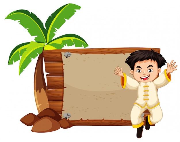 Garoto feliz e placa de madeira