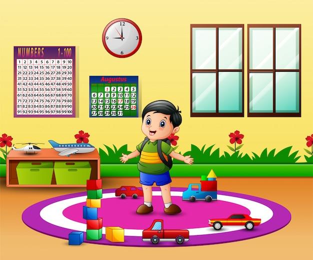 Garoto feliz na sala de aula do jardim de infância