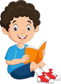 Garoto feliz sentado lendo um livro