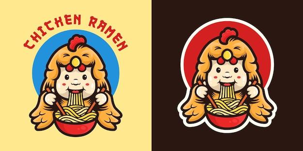 Garoto fofo vestindo fantasia de frango comendo macarrão com logotipo do mascote