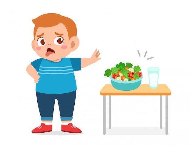 Garoto gordo bonito recusar alimentos frescos saudáveis