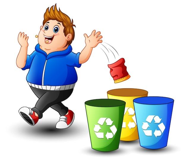 Garoto gordo joga lixo no lixo