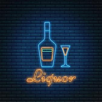 Garrafa de licor e copo com letras em estilo neon em fundo de tijolo.