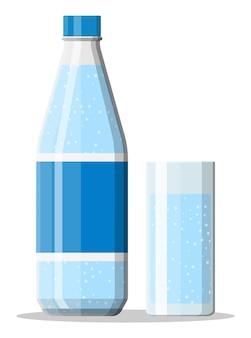 Garrafa de plástico e copo de água mineral fresca