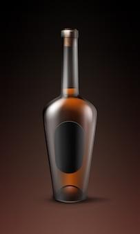 Garrafa de vidro marrom brilhante de conhaque com vista frontal do rótulo oval preto isolada em fundo escuro