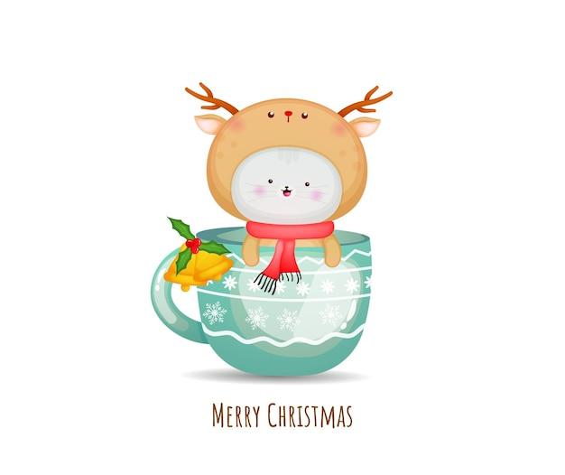 Gatinho fofo em fantasia de veado para feliz natal com ilustração de xícara de chá premium vector