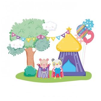 Gato bonito de circo e coelho na tenda