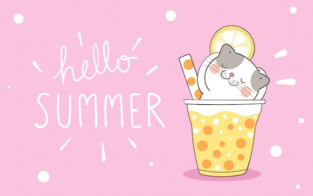 Gato bonito em smoothie e suco de rosa para o verão.