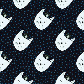 Gato com padrão de doodle ingênuo sem emenda de coroas. fundo preto com pontos azuis e faces brancas impressas de animais.