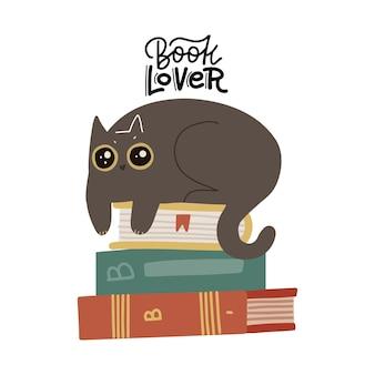 Gato fofo e engraçado deitado na pilha de livros com o amante do livro de citações