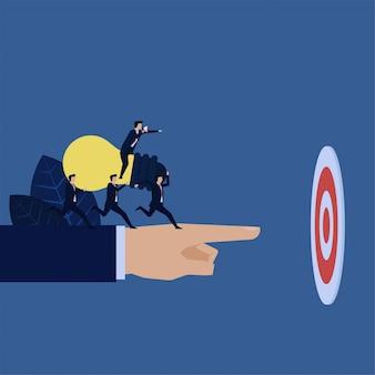 Gerente de negócios instruir para trazer a ideia de alvo metáfora do trabalho em equipe.