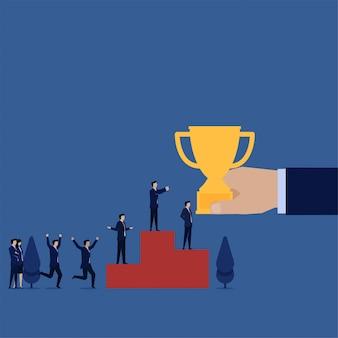 Gerente de plano de negócios obter troféu para o sucesso na metáfora do pódio do trabalho em equipe.