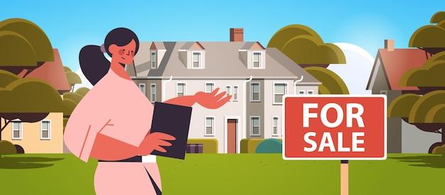 Gerente de vendas apresentando hipoteca de casa moderna