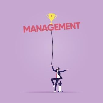 Gerente equilibrando palavra de gestão com troféu gestão de negócios e conceito de risco