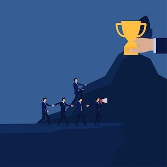 Gerente negócio, dirigindo, equipe, para, ravina, e, homem negócios, achado, maneira, para, troféu