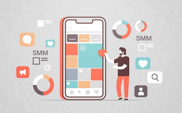 Gerente usando gerenciamento de mídia social de aplicativo móvel