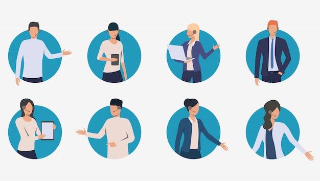 Gerentes de call center conversando com clientes