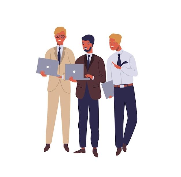 Gerentes trabalhando no laptop e falando sobre ilustração plana